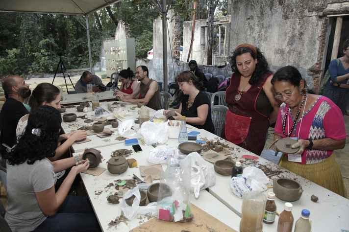 Na oficina, são preparados potes, vasos e pratos de acordo com técnicas e pinturas dos xakriabás