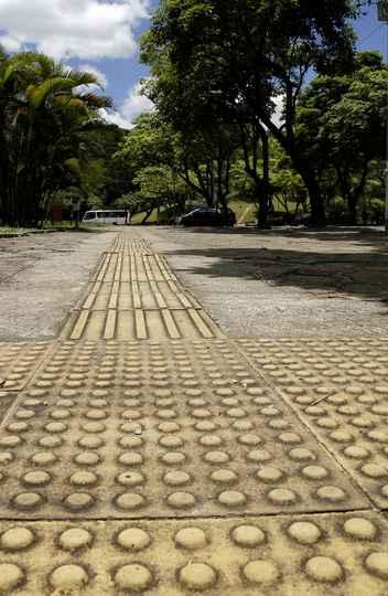 Sinalizador tátil para cegos no campus Pampulha