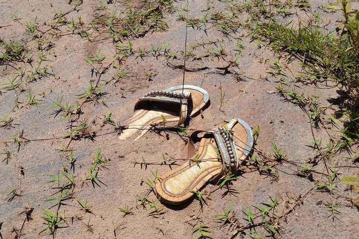 Sandália feminina na lama de Mariana: sobrecarga de trabalho e isolamento social
