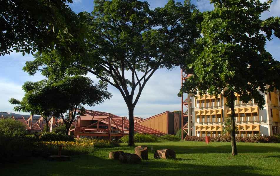 Detalhe da fachada da Biblioteca Central e da Praça de Serviços
