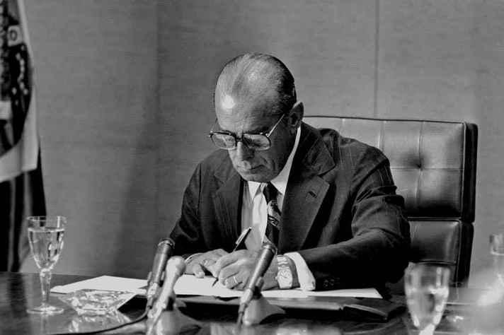 João Figueiredo assina, em 28 de agosto de 1979, a Lei da Anistia