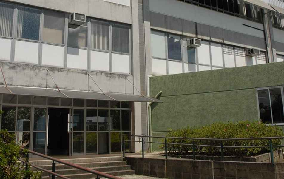 Visão parcial do prédio da Escola de Educação Física, Fisioterapia e Terapia Ocupacional