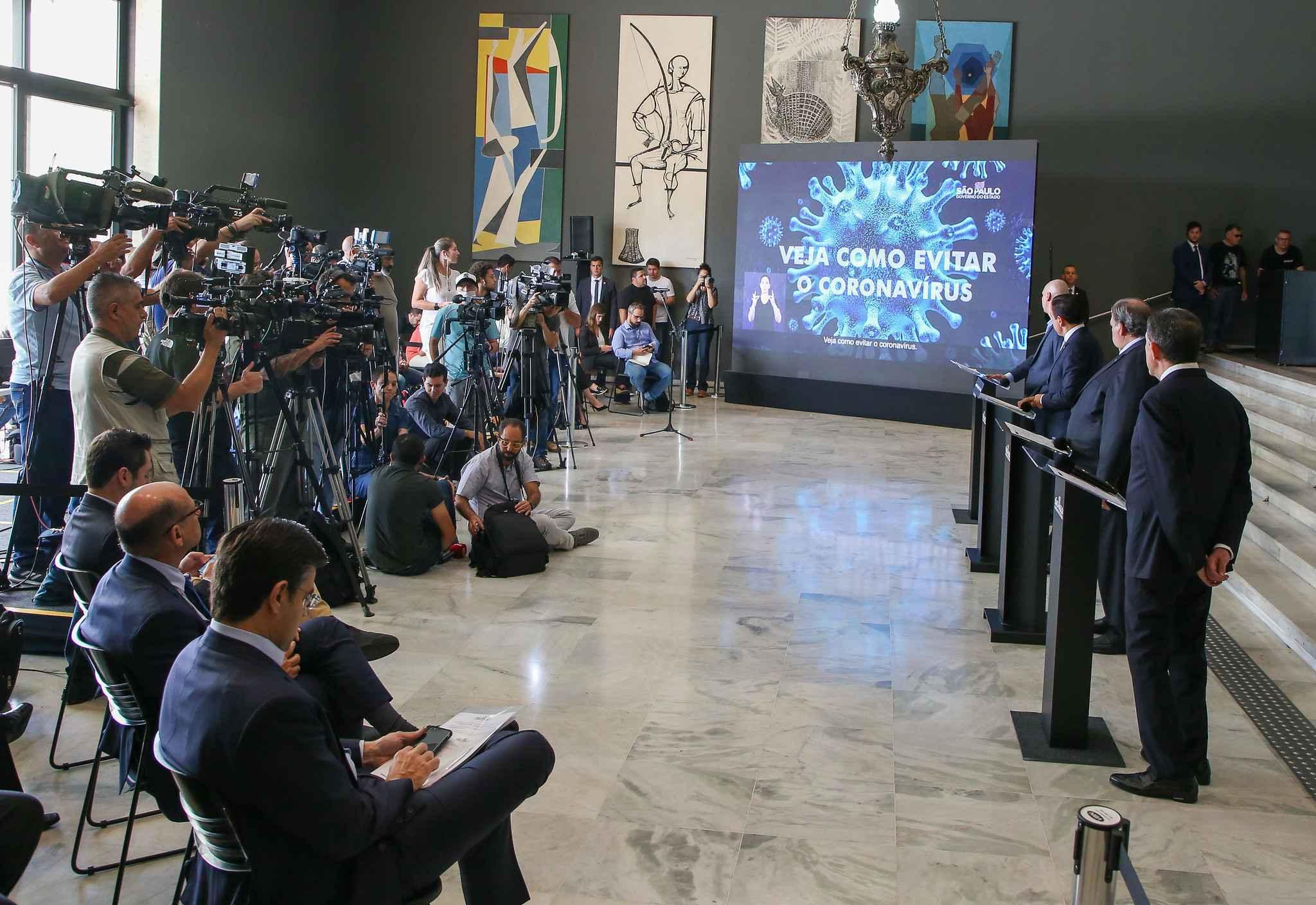 Em São Paulo, jornalistas acompanham entrevista coletiva sobre o coronavírus
