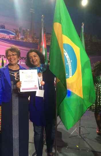 Kleyde Ventura (junto da bandeira): índices alarmantes de cesarianas e necessidade de respeito à mulher