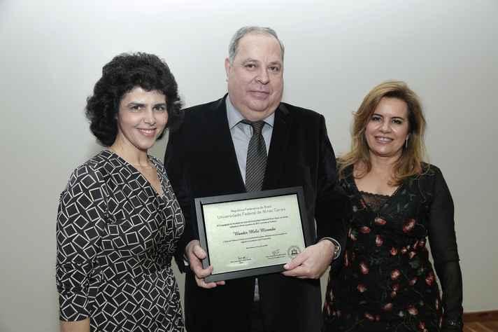 Novo professor emérito, Wander Miranda recebe placa