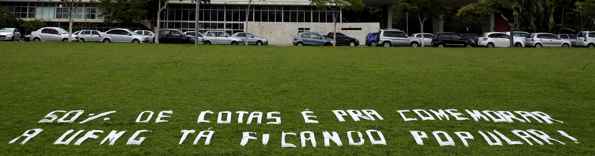 Mensagem de boas vindas aos novos alunos no gramado da Reitoria
