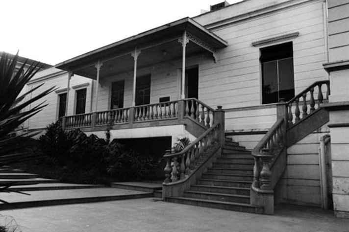 O Parlamento mineiro deixou Ouro Preto em 12 de dezembro de 1897 e um dos endereços que o Senado ocupou na nova Capital foi na Avenida João Pinheiro, onde hoje funciona o Museu Mineiro.