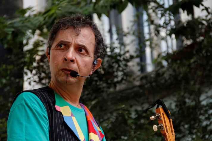 O professor Eugênio Tadeu inaugura o projeto Aulas Abertas sobre música e performance musical com o tema 'Brincadeira, música e cena'