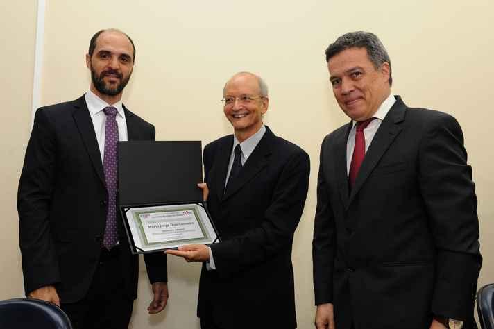 Mário Carneiro (centro) com o vice-diretor do ICEx, Francisco Dutenhefner, e o reitor Jaime Ramírez