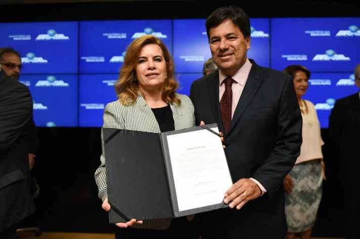 A reitora Sandra Goulart Almeida e o ministro Mendonça Filho com o termo de posse
