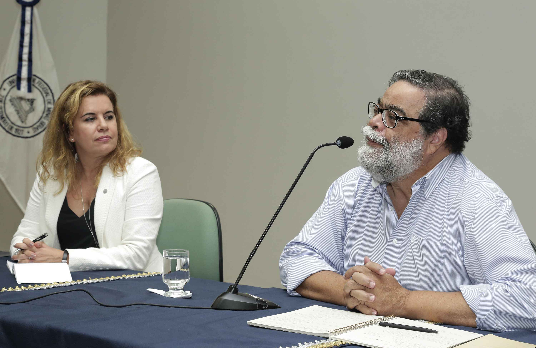 Reitora observa João Antonio de Paula, em de ciclo de palestras