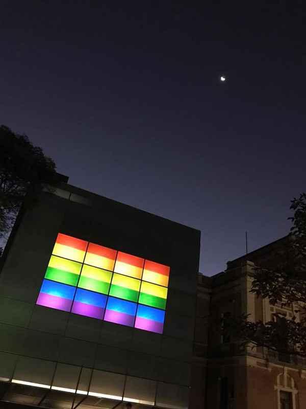 Fachada Digital iluminada com as cores da bandeira LGBT