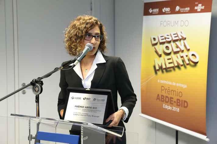 A professora Valéria Fully recebeu o prêmio em nome dos autores