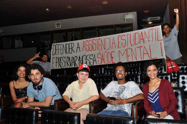 Estudantes se manifestaram por meio de faixas