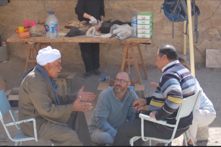 O arqueólogo e professor José Roberto Pellini conversa com ex-morador da Vila de Qurna: encontro trouxe novas pespectivas para os trabalhos