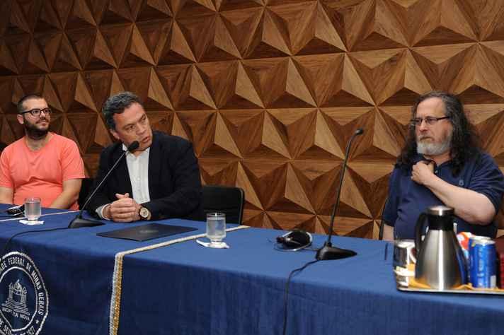 Stallman foi apresentado pelo reitor Jaime Ramírez (centro) e pelo professor Loïc Cerf, do DCC