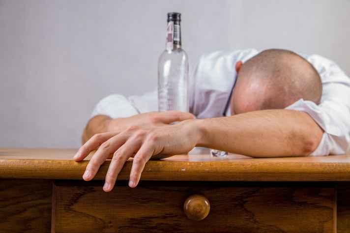 Consumo de álcool aumenta ansiedade, irritabilidade e agressividade