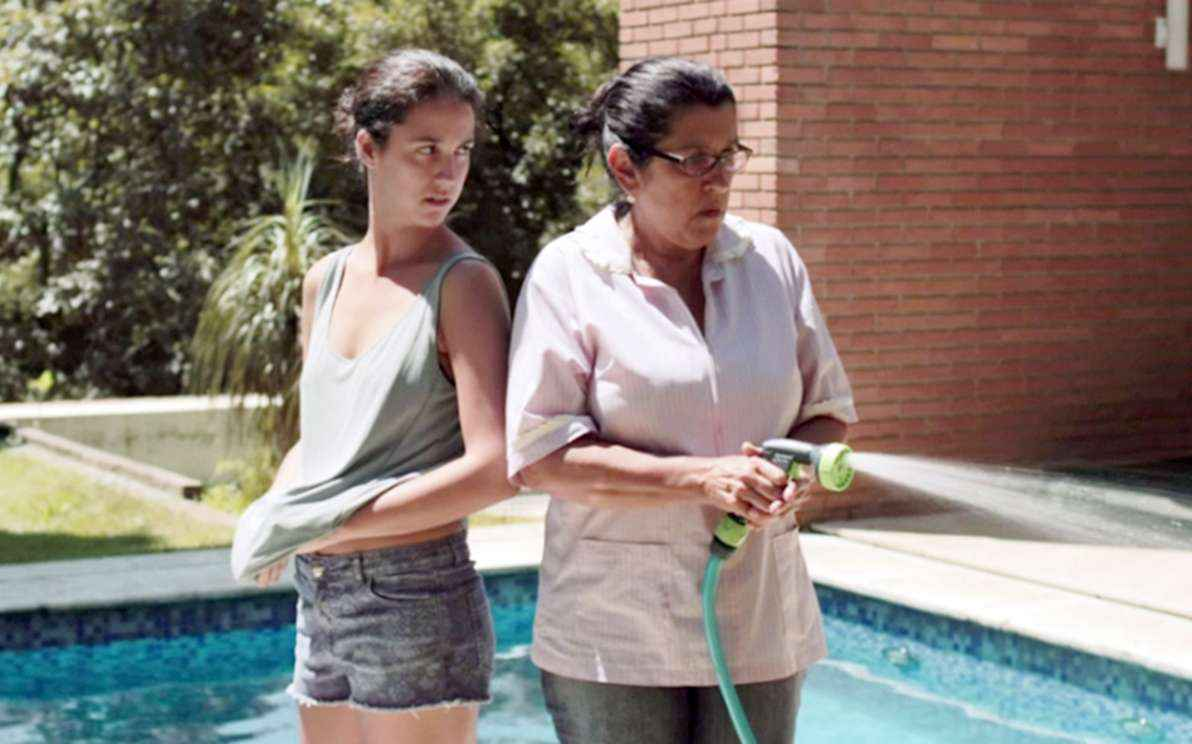 Camila Márdila e Regina Casé em cena do filme 'Que horas ela volta?', que aborda os conflitos entre uma empregada doméstica e seus patrões