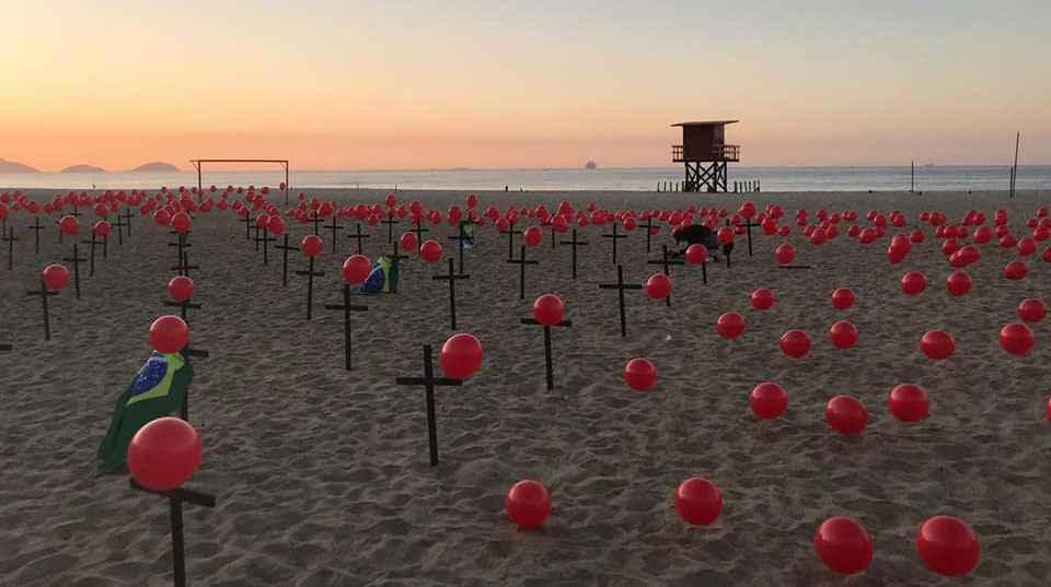 Homenagem às vítimas da covid-19 no Brasil, na Praia de Copacabana (RJ)