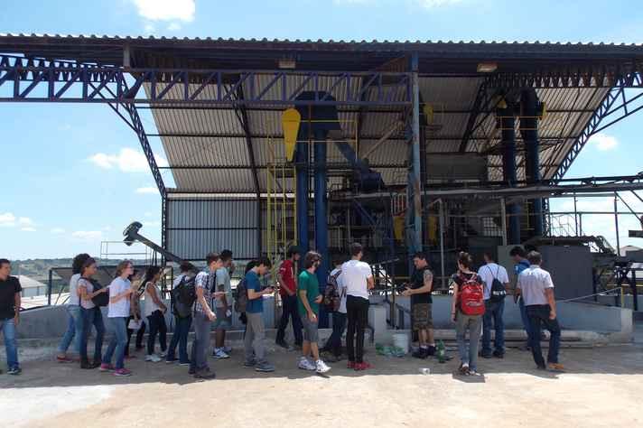 Alunos das equipes envolvidas na competição em visita a uma fazenda de café no município de Santo Antonio do Amparo, no Centro-oeste mineiro