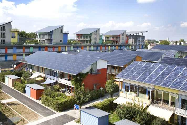 Conjunto habitacional em Freiburg, Alemanha, construído com placas para captação de luz solar