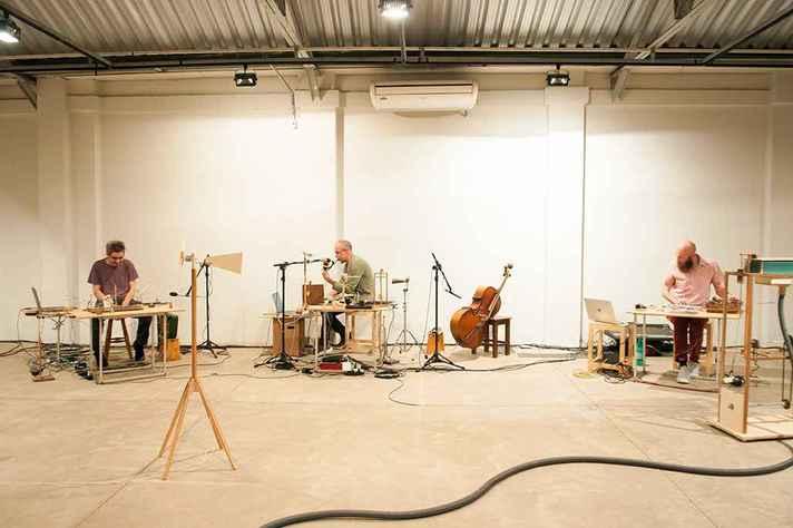 Duo O Grivo e o artista plástico Roberto Freitas lançam o álbum '3'