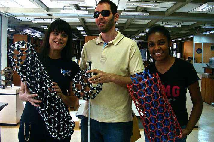 Lídia Andrade, Felipe Reis e Polyane Reis com modelos tridimensionais das estruturas nanométricas