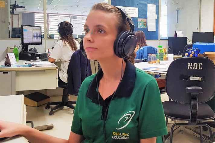A jornalista Paula Alkimin, coordenadora de Jornalismo da Rádio UFMG Educativa, na redação da emissora, no campus Pampulha