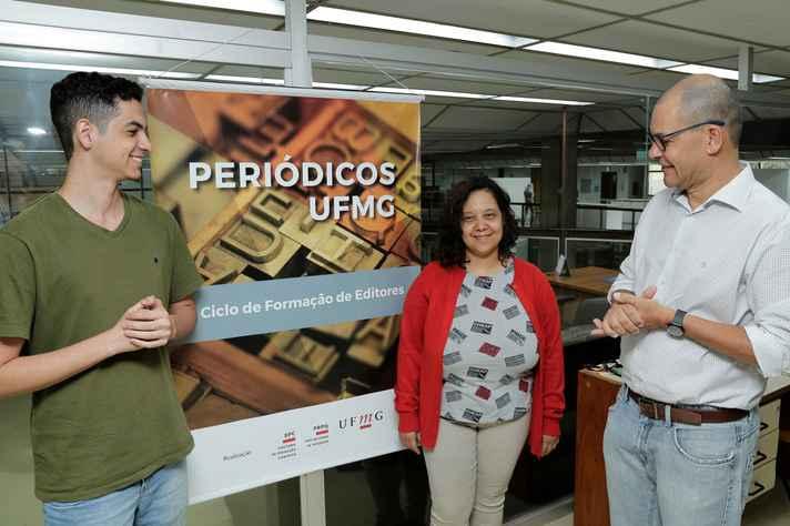 Carlos Basílio (à direita), com Felipe Seppe e Carla Oliveira, da equipe gestora do Portal de Periódicos