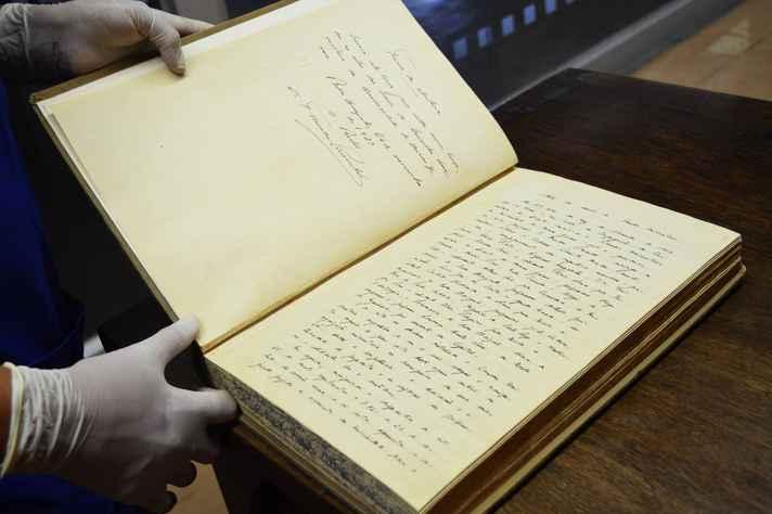 A ata da primeira reunião do Conselho Universitário da UFMG, de 16 de janeiro de 1928, faz parte da Coleção Memória da UFMG, guardada no setor de obras raras, no 4º andar da Biblioteca Central