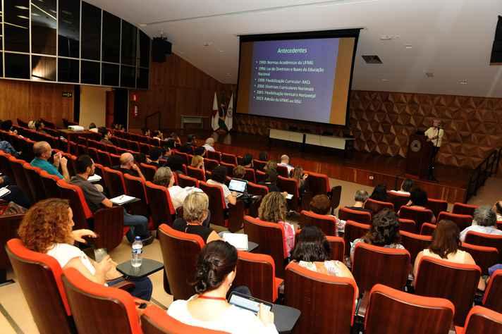 Ricardo Takahashi explica pontos principais da proposta: reconfiguração de currículos em quatro dimensões
