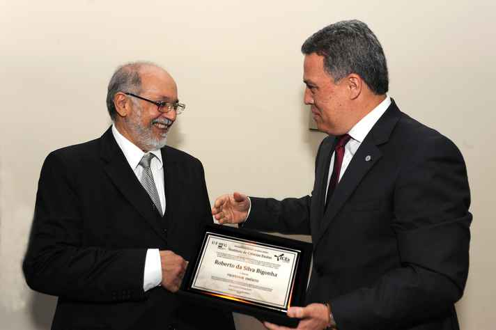 Roberto Bigonha recebeu o diploma de professor emérito do reitor Jaime Ramírez