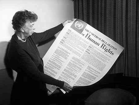 Eleanor Roosevelt, primeira presidente da Comissão das Nações Unidas para os Direitos Humanos, com a primeira versão da Declaração Universal dos Direitos Humanos
