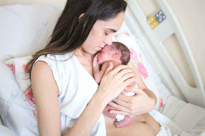 Aylla Freitas, com Gael: interação favorece o desenvolvimento comunicativo da criança