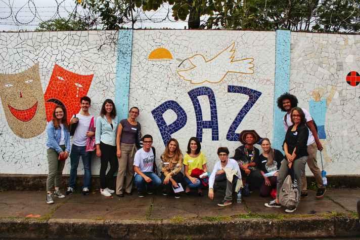 Grupo EME em frente à Escola Estadual Laurita de Melo, onde desenvolvem o projeto piloto