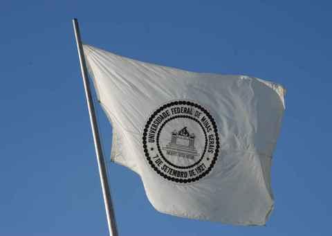 Bandeira da UFMG hasteada no campus Pampulha
