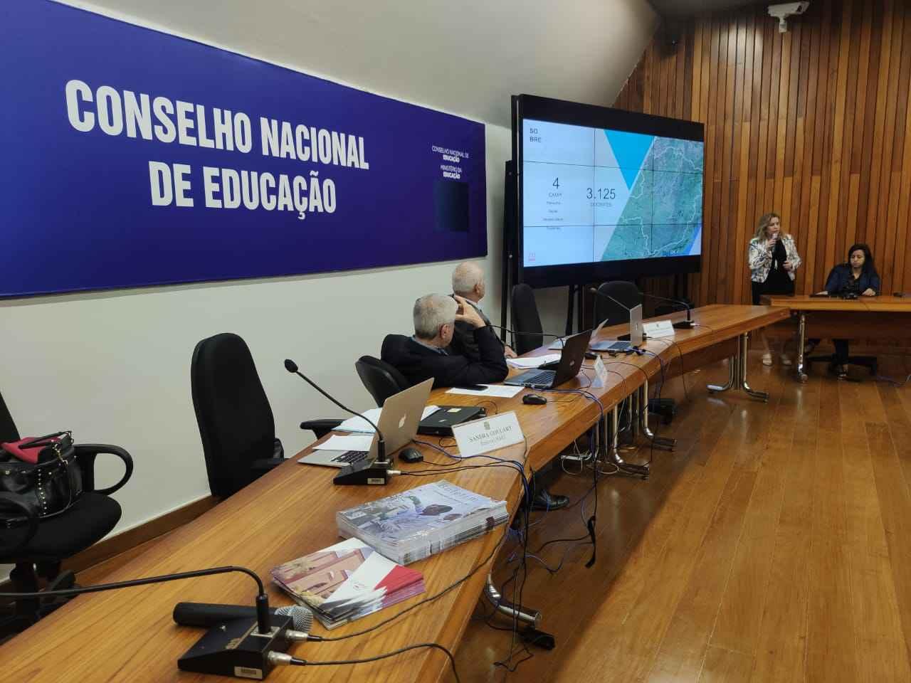 Integrantes do CNE acompanharam a exposição feita pela reitora Sandra Goulart Almeida