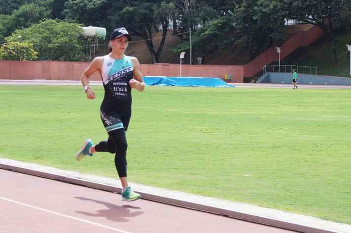 A campeã brasileira Clara Carvalho treina no CTE
