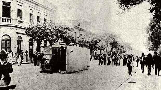 Bonde virado no Rio de Janeiro durante a chamada 'Revolta da vacina', em 1904