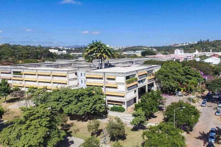 Vista da região central do campus Pampulha com o prédio da Escola de Ciência da Informação em primeiro plano