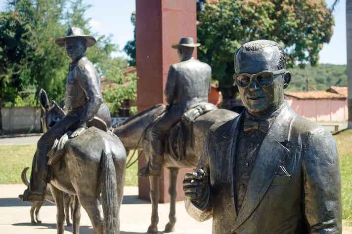 Localizado na Praça Miguilim, em Cordisburgo (MG), monumento (na foto, em detalhe) homenageia Guimarães Rosa e sua obra-prima