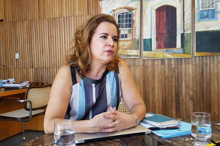 Reitora Sandra Goulart Almeida Professora da Faculdade de Letras