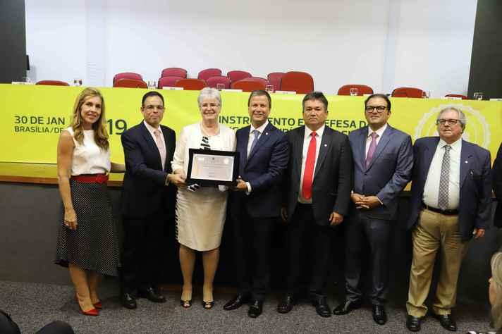 Professora Mônica Sete Lopes (terceira da esquerda para a direita) recebeu o selo dos diretores da OAB