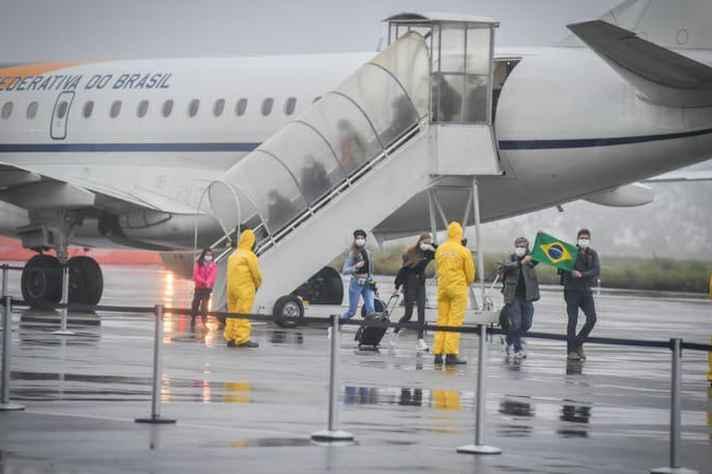 Chegada de brasileiros da China em avião oficial: