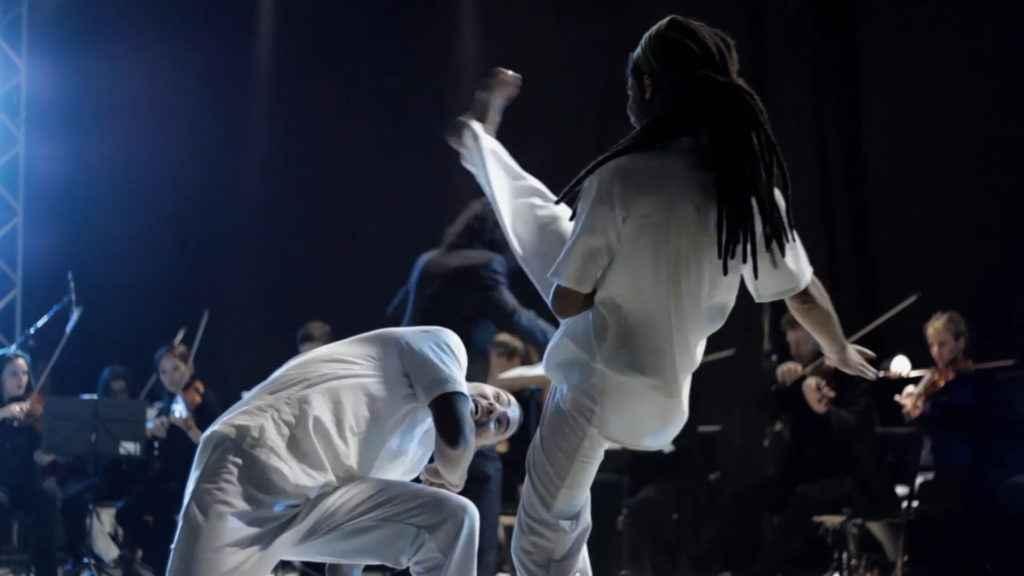 Show apresenta roda de capoeira acompanhada de orquestra
