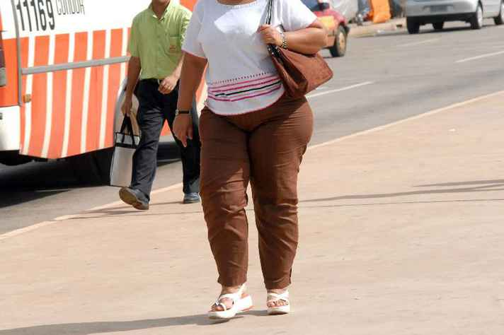 O IMC (Índice de Massa Corporal) é uma ferramenta usada para detectar casos de obesidade ou desnutrição, principalmente em estudos que envolvem grandes populações. Seu cálculo é obtido  usando a seguinte fórmula matemática: Peso ÷ (altura x altura)