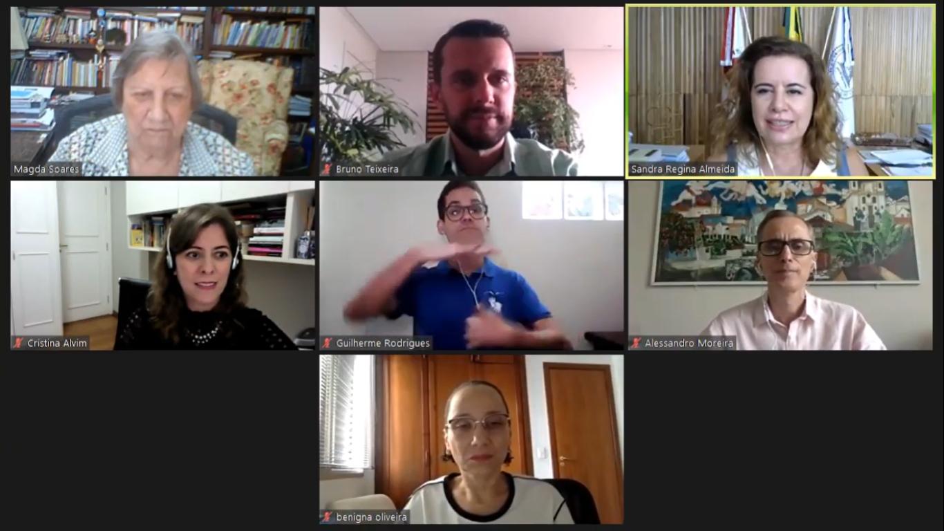 Fórum on-line, que teve a professora Magda Soares (primeira à esquerda, no alto) como convidada especial, reuniu dirigentes da UFMG
