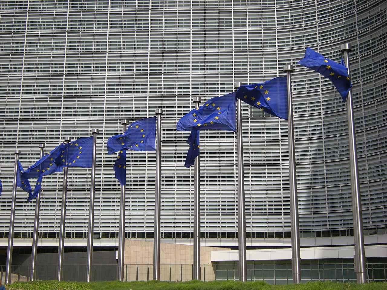 Bandeiras na sede da Comissão Européia, em Bruxelas, na Bélgica: