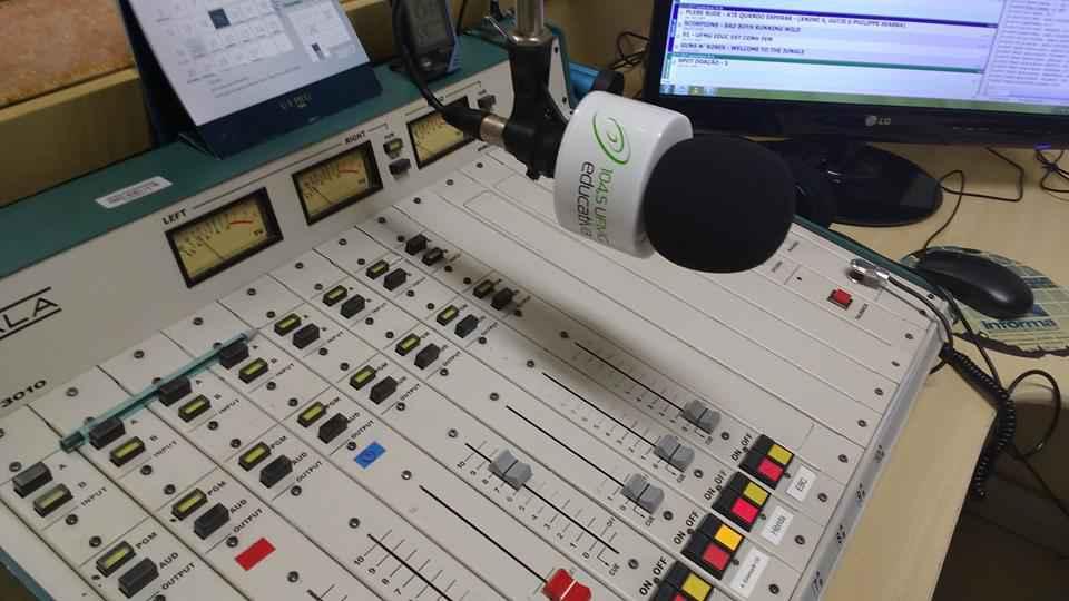 Mesa do estúdio da Rádio UFMG Educativa, emissora que há 12 anos leva ao ar uma programação colaborativa