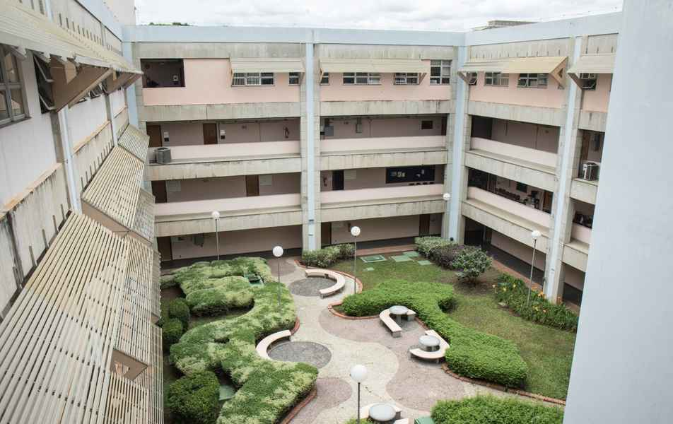 Vista dos corredores e do pátio do Instituto de Ciências Exatas (ICEx)